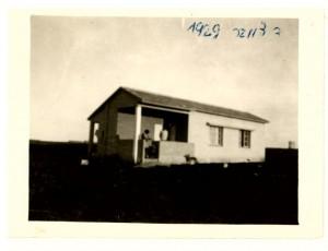 בית מתישבים טיפוסי - דצמבר 1929 - משפחת רוזנתלר רחוב 500 - הדקלים