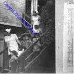 """משק ילדים של ויצו """"מגד"""" ליד פרדס חנה - פעוטות יורדים במדרגות המקור: הארכיון הציוני. סימול: PHWI\1246095"""