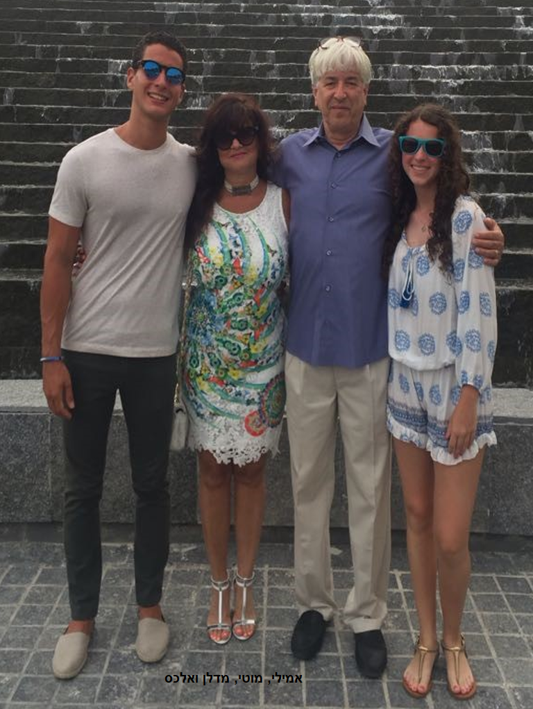 מוטי רסיסי ומשפחתו